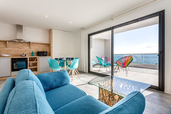 Le Salon, la terrasse/The living-room, the terrace.