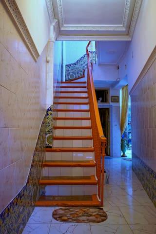 Escalier menant à l'étage. Bien large et trés facile à monter.