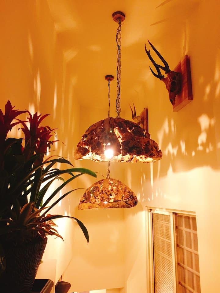 2樓往3樓,樓梯垂吊著木製吊燈