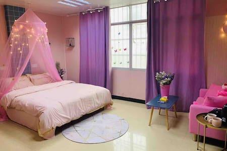 301市中心步行街粉色甜心公主风豪华大床房独立卫生间24小时热水自助入住