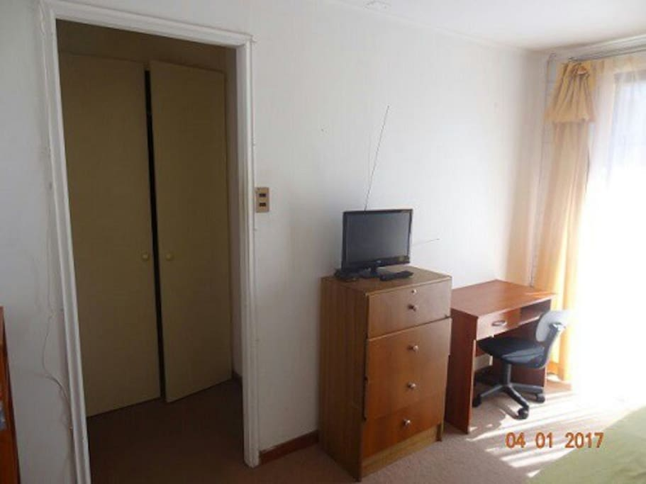 Dormitorio matrimonial amplio closet y baño privado.
