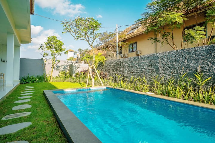 Embrace Canggu Vibes w/ Stay in Modern Guesthouse