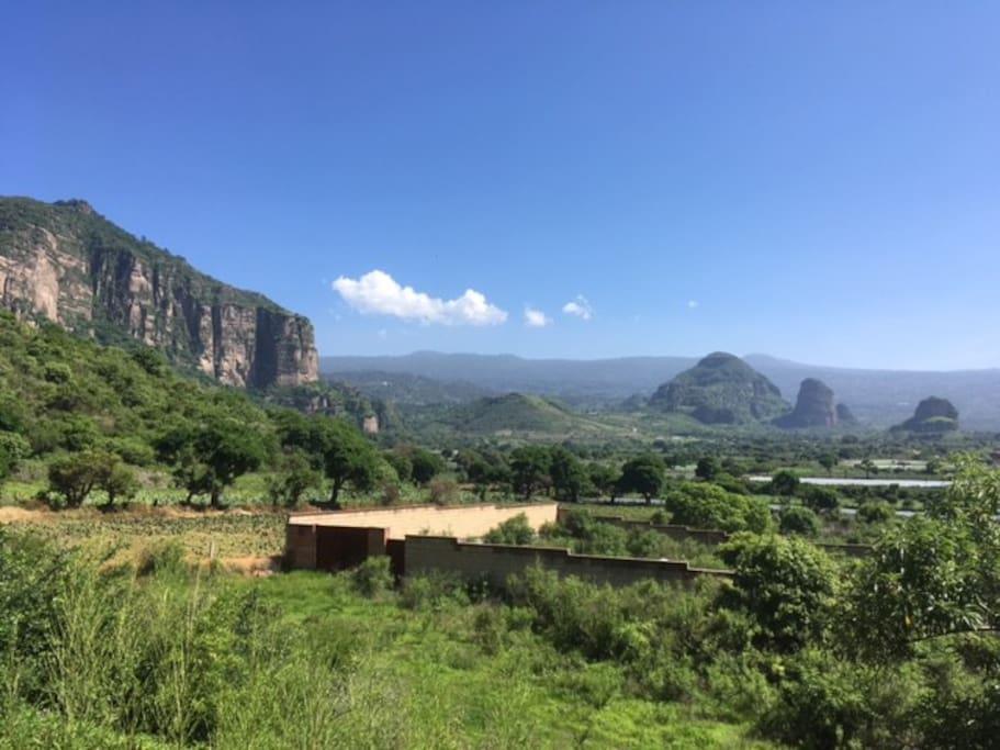 Vista desde el Departamento Eternal Spring al Tepozteco y a los volvanes Iztlazihuatl y Popocateptl