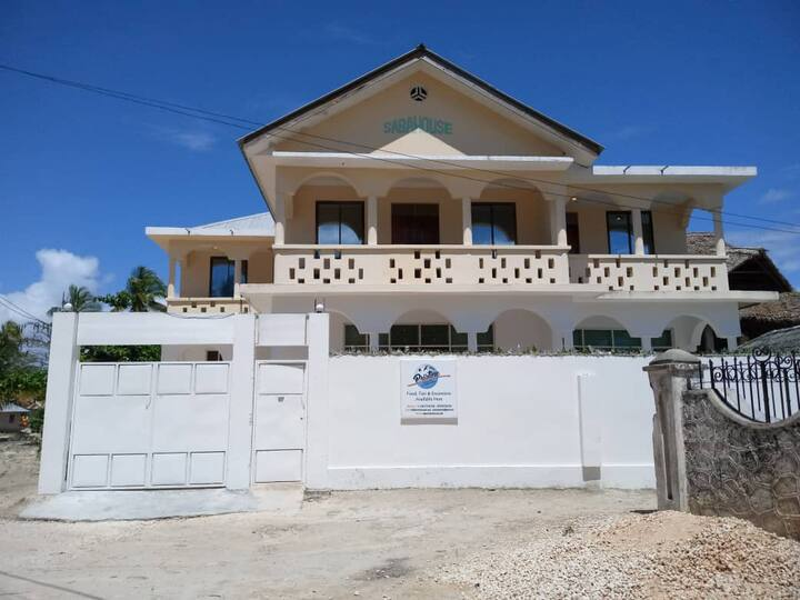 pristine house w/ only 5mins walk to the beach