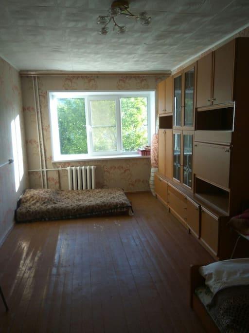 Вид комнаты от двери до окна