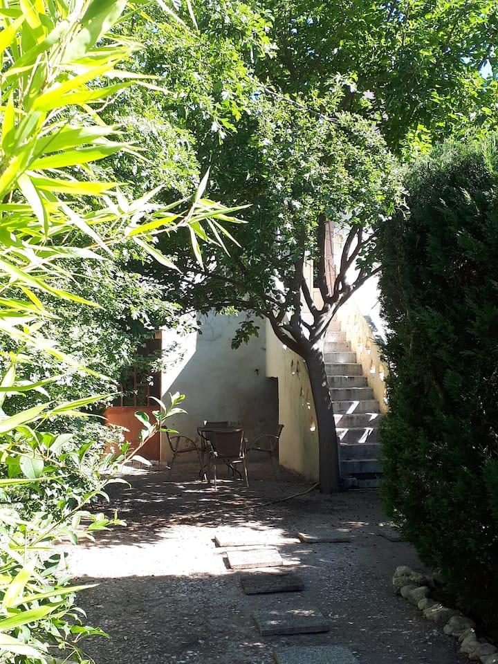 Jolie maisonnette, jardin, piscine en Provence.