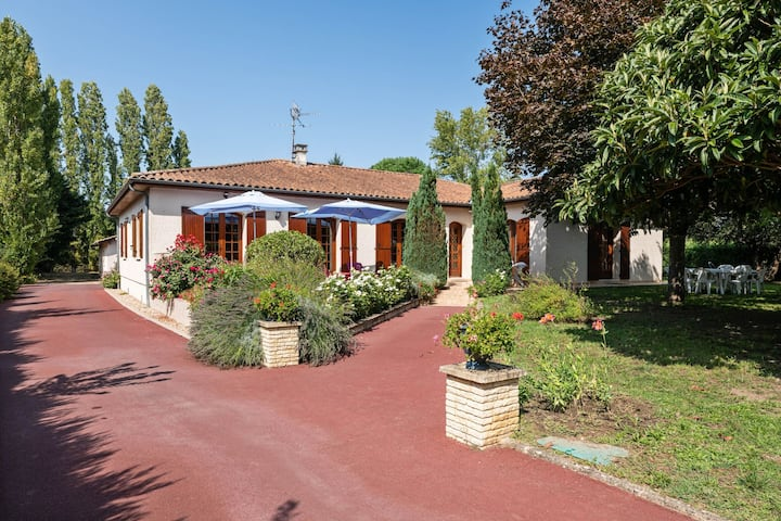 Beautiful Villa with Private Garden in Pineuilh Aquitaine