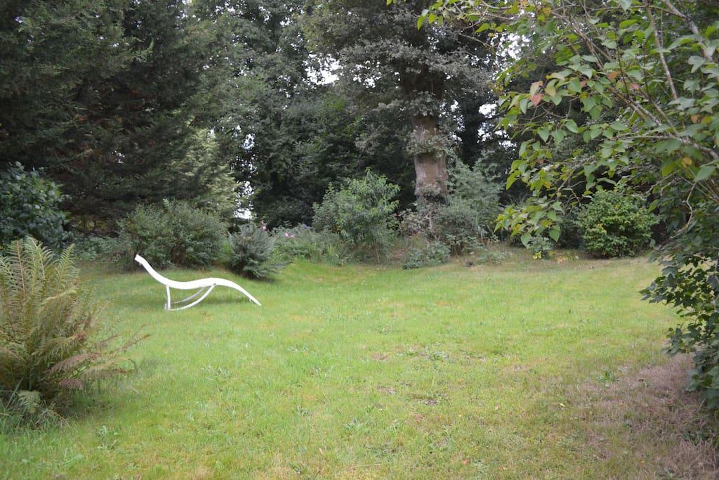 Jardin independant en face de la maison.