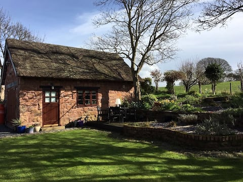 The Hayloft - Thatched cottage, Wirral Peninsula
