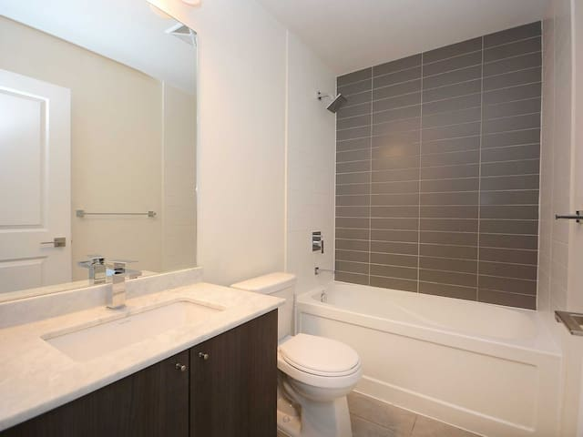 LakeView Condo on 31st floor amazing utilities -5*