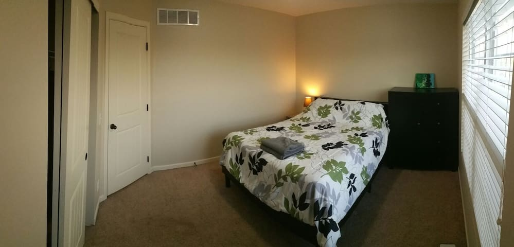 Queen Bed+1000 ft² common spaces+Office #1