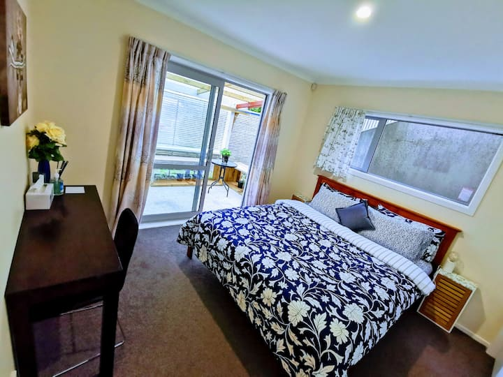 Welly home w/ free parking & WiFi, close to train