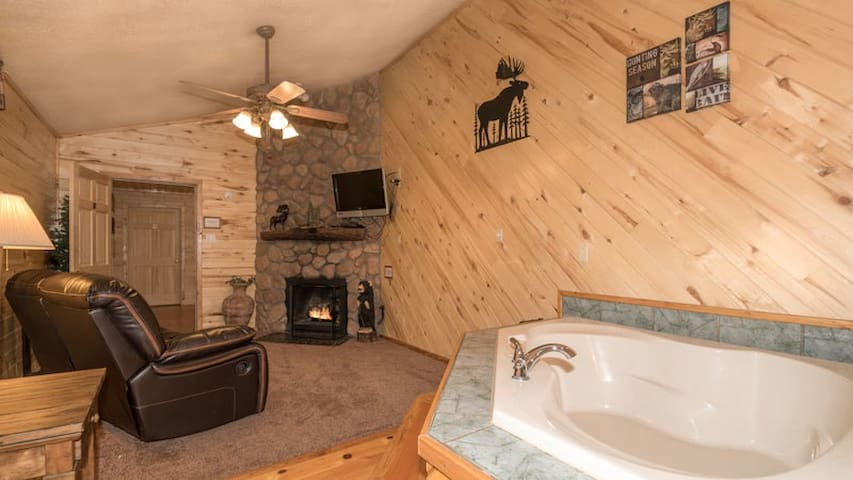 """Upper Canyon Inn & Cabins - """"Lodge 9"""" - Romantic Whirlpool Suite with Fireplace"""