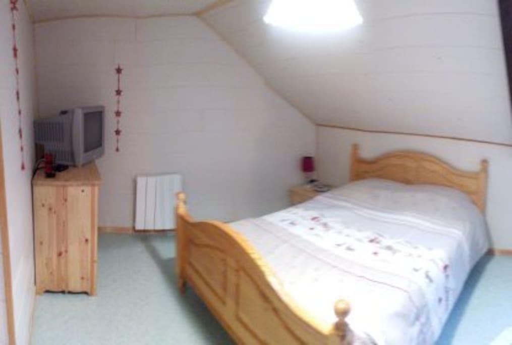 1er chambre avec lit 140 équipée d'un téléviseur