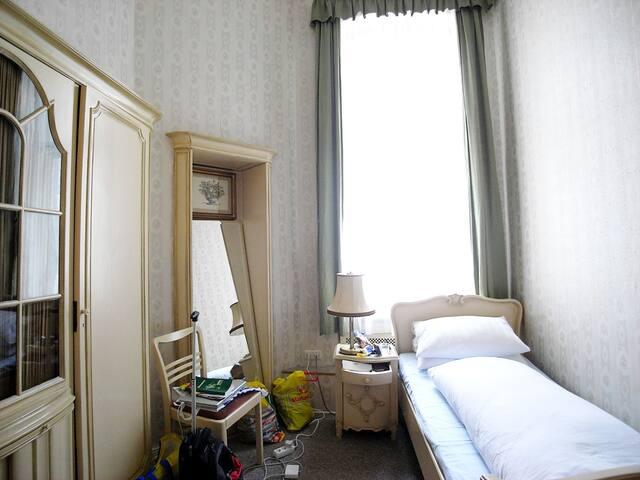 Einzelzimmer mit Waschbecken/ Gemeinschaftsbad