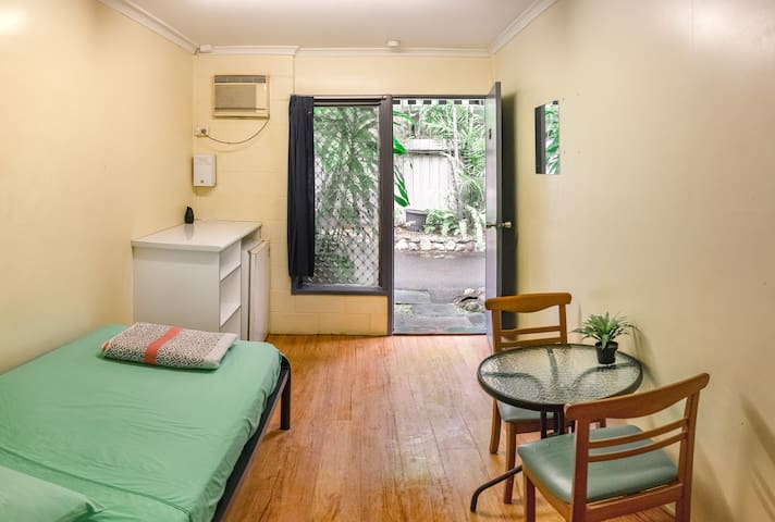 Castaways Backpackers Cairns - Single Room