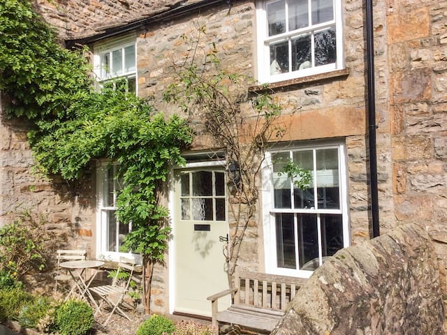 RUBY COTTAGES, pet friendly, with open fire in Sedbergh, Ref 968234