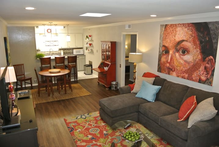 Brenda's Place II-2 Bed, 1 Bath Cultural District! - Fort Worth