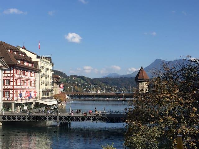 Luzerner Altstadt mit Fluss-Klang & Bergsicht
