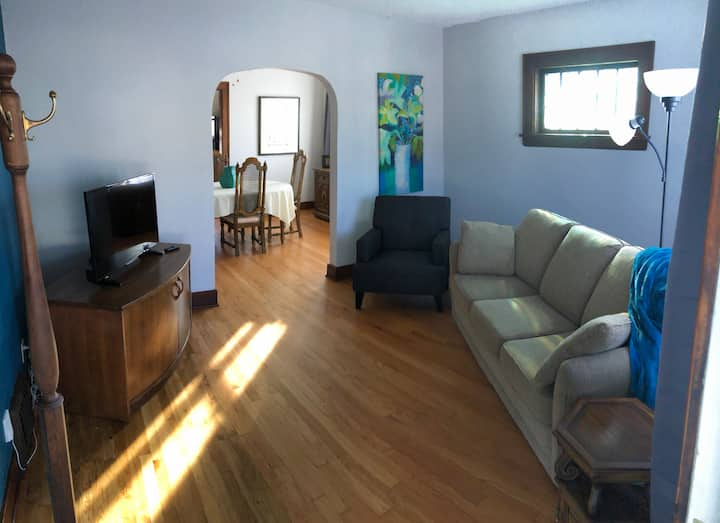 Freshly Renovated Cottage w/ Smart TV, Sleeps 6+!!