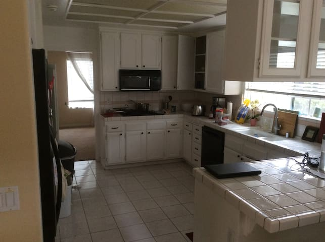 HUGE 4 bedroom House NEAR BEACH