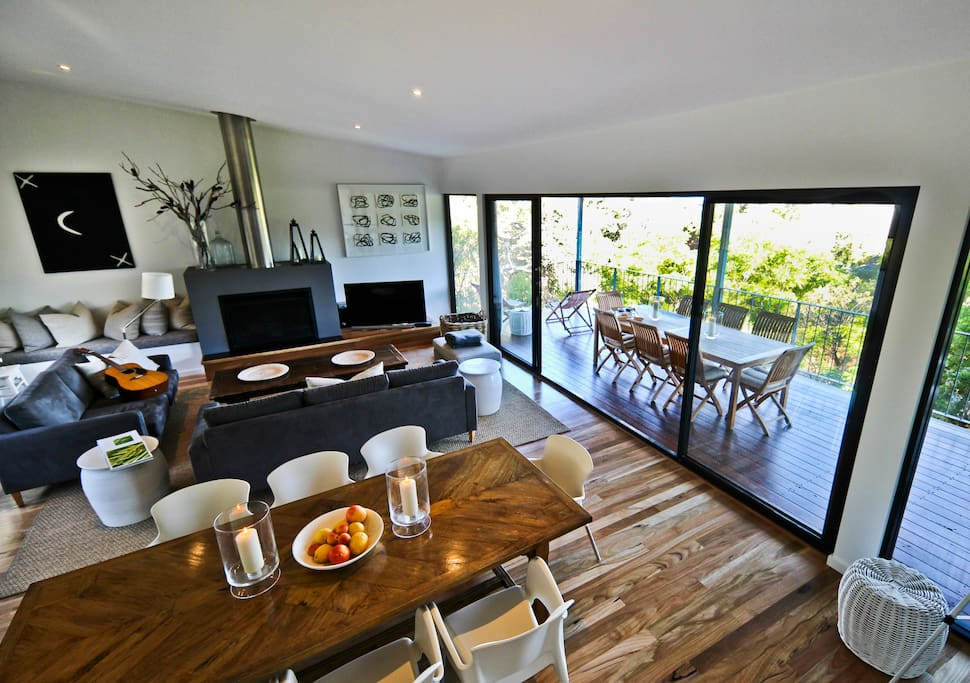 Gorgeous contemporary home only minutes from Caves House or a 10 min walk along the trail to Yallingup