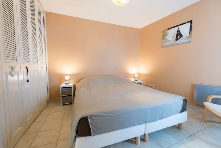 """La chambre """"parentale"""" : literie artisanale 160cm neuve"""