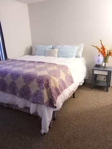 Cozy room w king size bed n private bathroom n tv