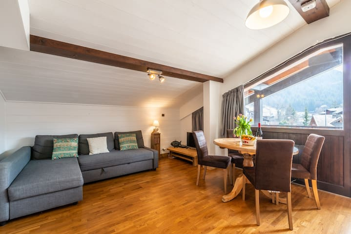 Central ski in/out apartment -2 mins walk to lifts