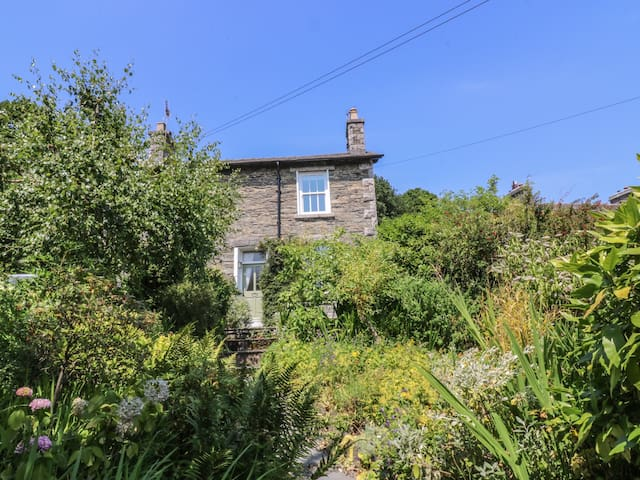 2 BEACON HIGH, family friendly, with open fire in Lindale, Ref 1537