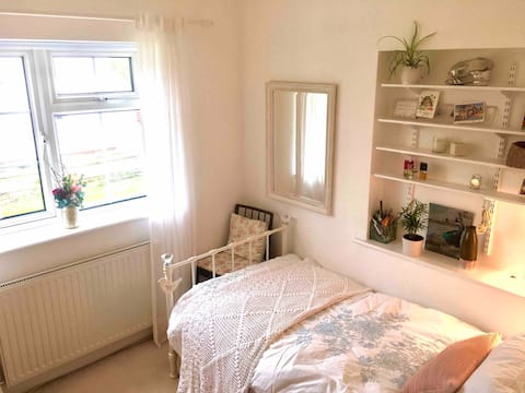 Cosy Single Bed in Cheltenham Cottage