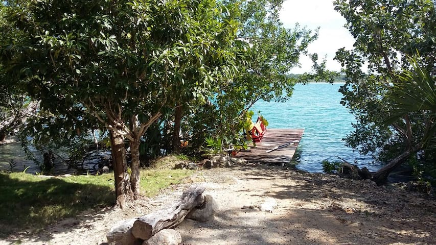 cabaña abierta a la orilla de la laguna