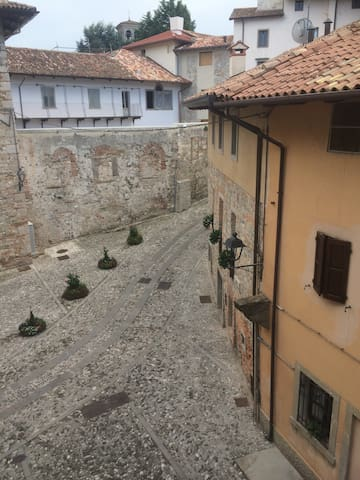 Casa Vacanze alle Vergini vista da camera matrimoniale sul Monastero di S. Maria in Valle (Tempietto Longobardo)