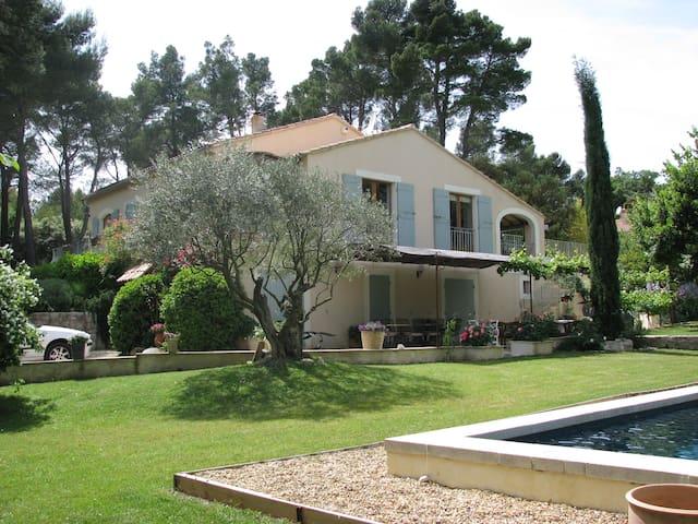 Jolie villa tout confort - piscine - Grambois - House
