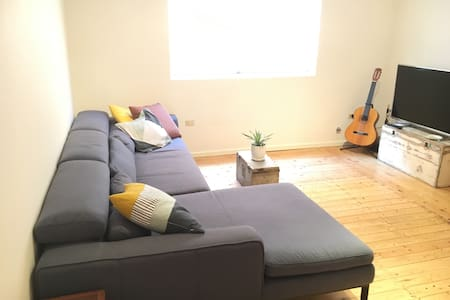 Large room, trendy city location close to Airport - Marrickville - Huis