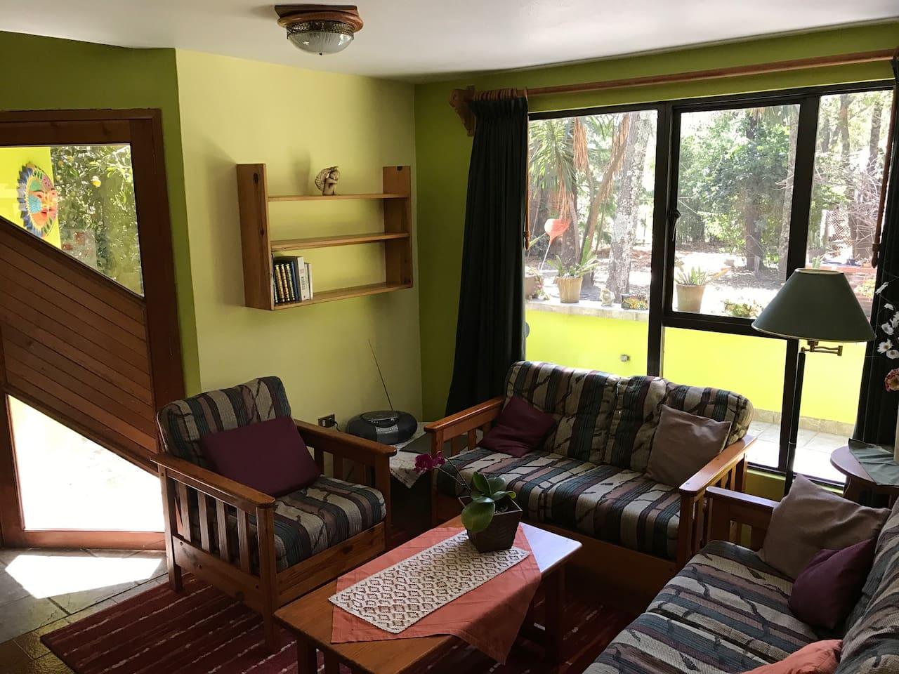 """Wohnzimmer mit Blick auf die Terrasse und """"GRÜN"""";)"""