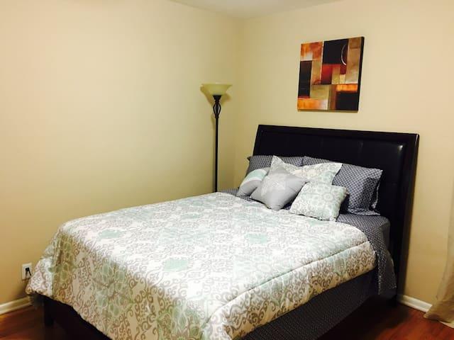 Pretty bedroom  in NoHo close Universal studio.