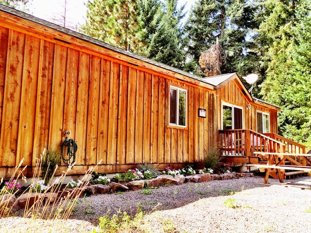Comfy Cabin for R&R in Trout Lake Near Mt. Adams