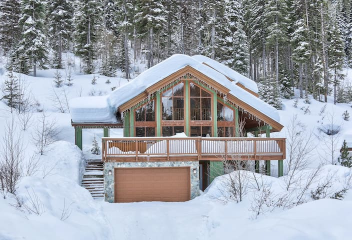 Stunning Eagle Chalet, Ski-In, HotTub, sleeps 10 - Sun Peaks