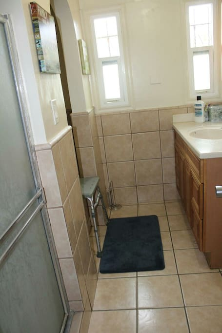 Clean restroom w/ shower and spacious tub (Jacuzzi style)