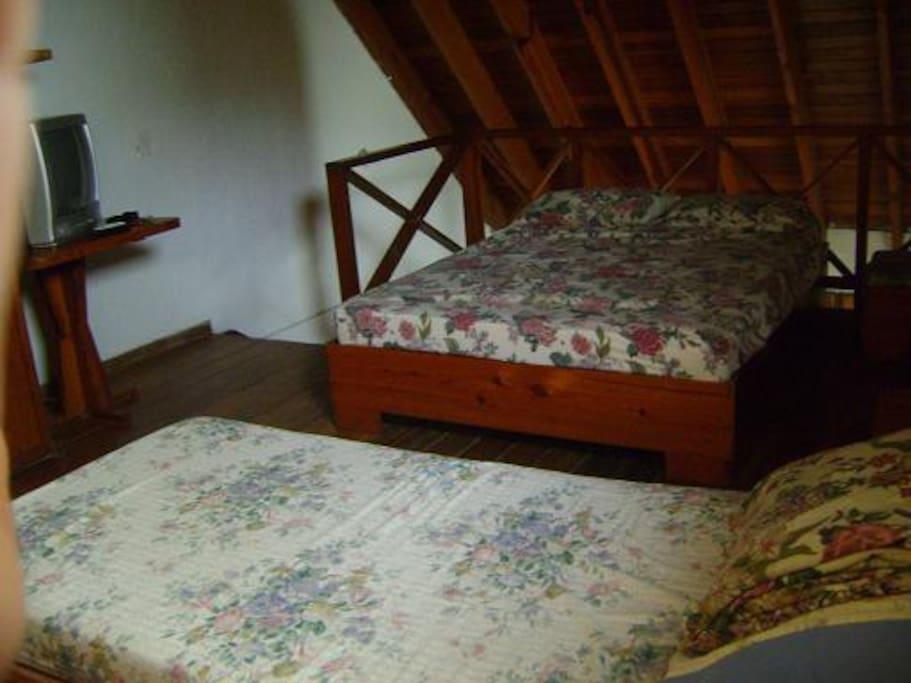 Segundo piso (1 cama doble + 1 cama sencilla)