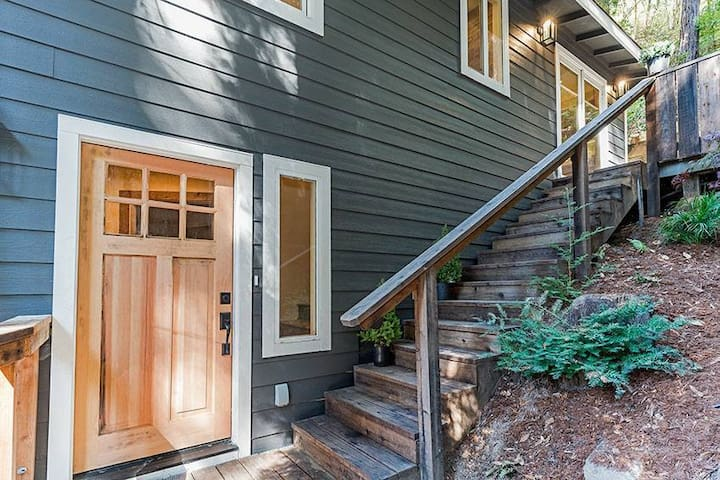 Redwood Retreat with Hot Tub and Walk to River