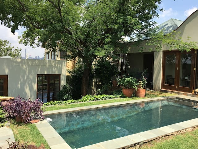 Melville bijou cottage within 100m of 7th Street - Johannesburg - Gæstehus