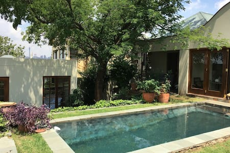 Melville bijou cottage within 100m of 7th Street - Johannesburg - Gästehaus