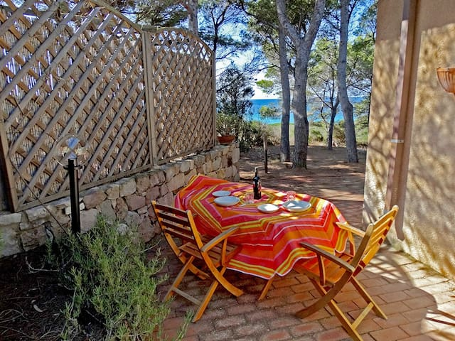 Zona pranzo/cena con vista sul mare - Dining area with sea view