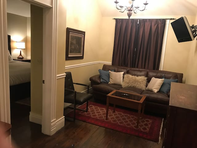 Carriage House Suite- Dickson St.-no cleaning fee