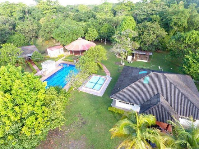 Cabaña con piscina. - Villavicencio - Allotjament sostenible a la natura