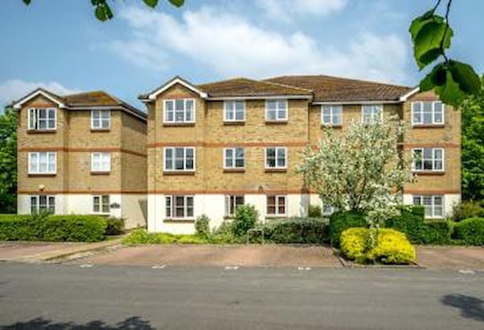 2 Bed Flat with Parking near Richmond. - Isleworth - Apartemen