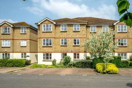 2 Bed Flat with Parking near Richmond. - Isleworth - Lakás