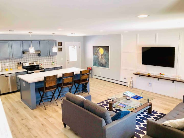Lush & New Modern two bedroom by Jewel Lake